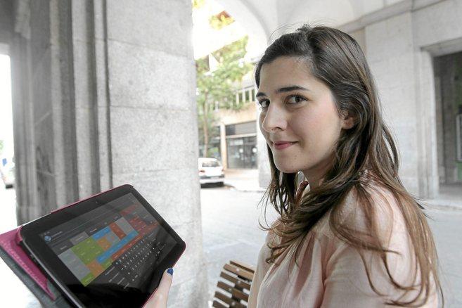 María de Antón Barrio muestra su aplicación a través de una...
