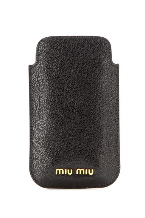 Funda de móvil de cuero y metal (110 ¤), de Miu Miu.