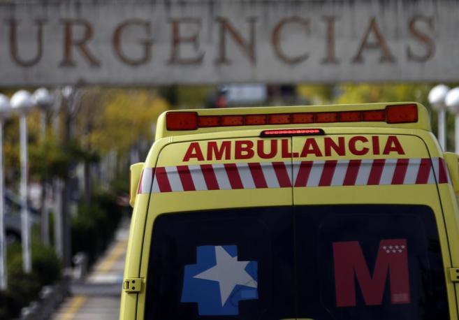 Una ambulancia de emergencia entra en el área del Hospital de...