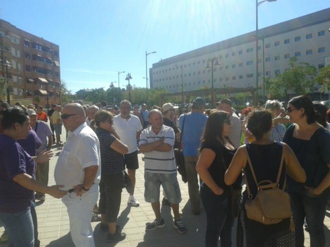 Imagen e la concentración de Podemos frente al Hospital de Manises.