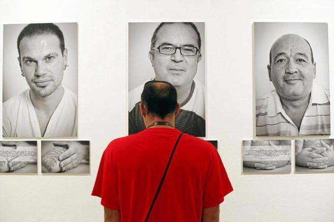 Una persona mira una foto de la exposición realizada por Feafes en la...