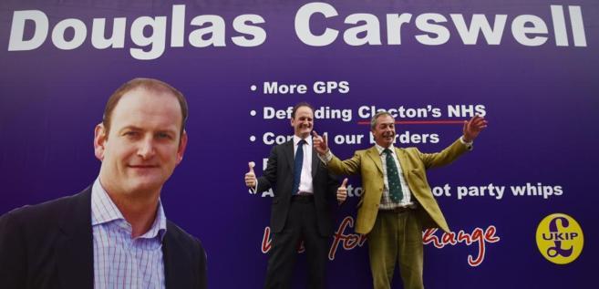 Douglas Carswell y Nigel Farage posan con un cartel electoral del...