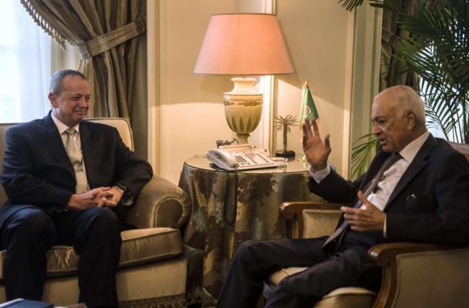 El general Allen con el secretario general de la Liga Árabe, Nabil...