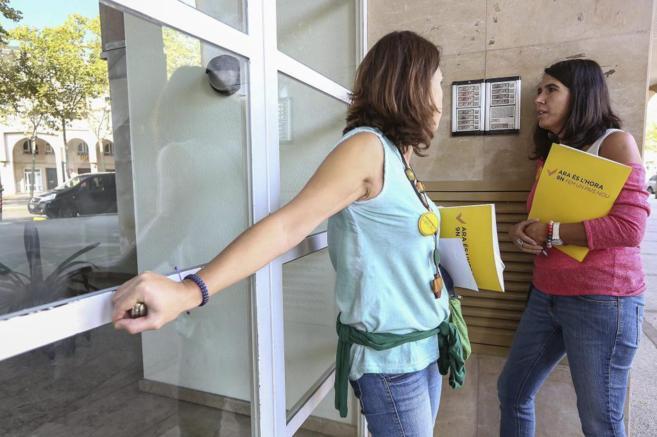 Dos miembros de la ANC visitan una vivienda en Gerona para realizar...