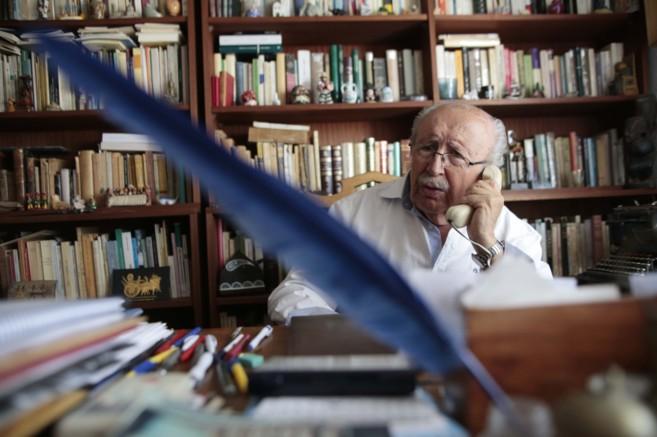 El poeta Rafael Guillén atiende las felicitaciones por el galardón,...