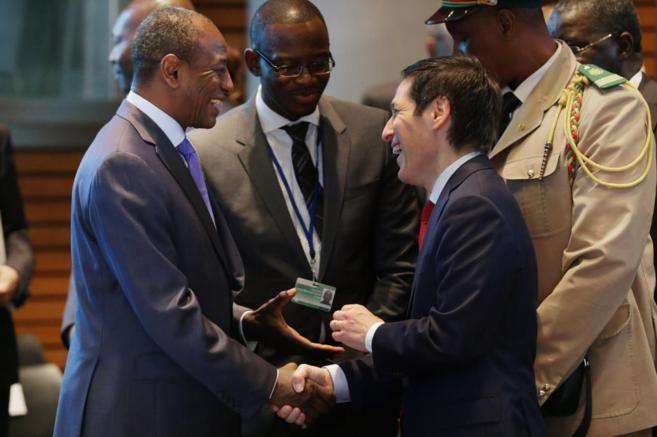 Frieden saluda al presidente de Guinea, Alpha Conde.