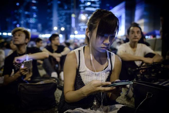 Jóvenes hongkoneses, conectados a las redes sociales.