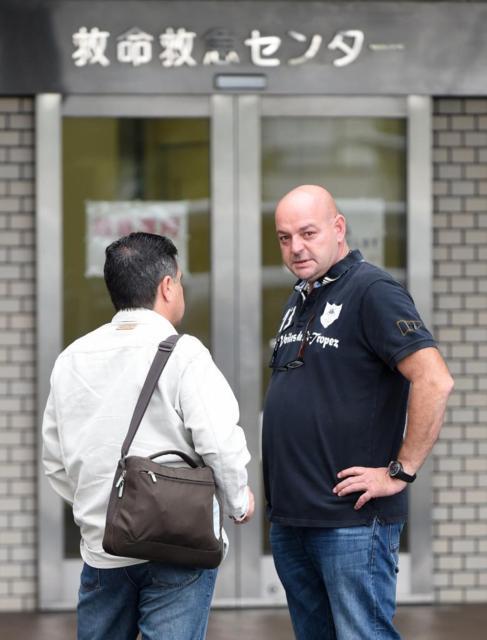 El padre de Jules Bianchi, Philippe, a la entrada del hospital.