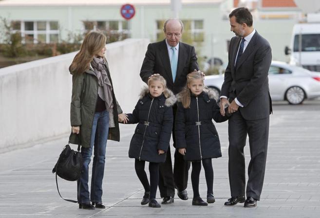 Rafael Spottorno, cuando era Jefe de la Casa Real, junto a los...
