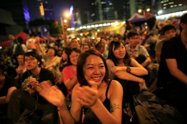 Miles de hongkoneses se congregan en las calles de la ex colonia tras...