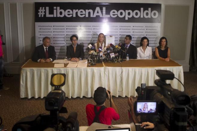 Lilian Tintori (c), esposa de Leopoldo López, en un acto en Caracas.