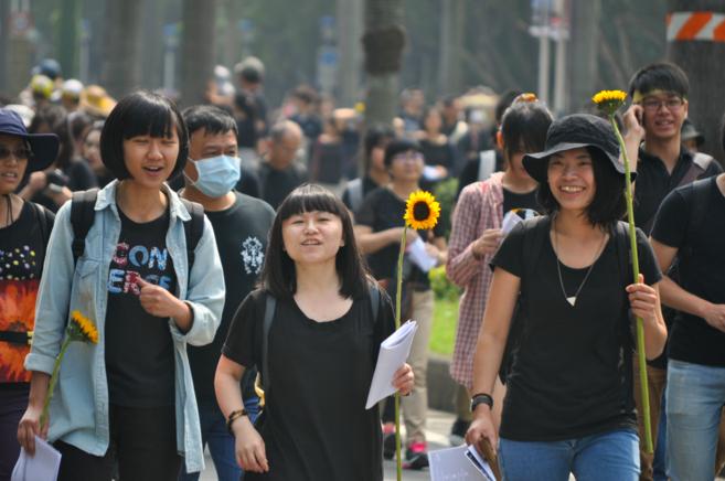 Estudiantes taiwaneses portan el girasol como símbolo de sus...