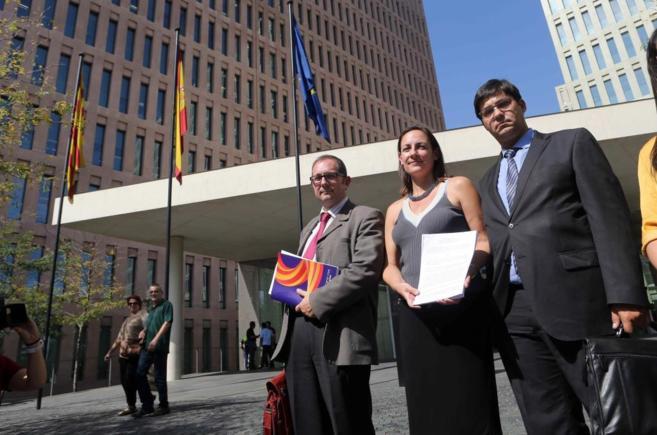 Rusiñol junto con miembros de SCC cuando presentaron su denuncia en...