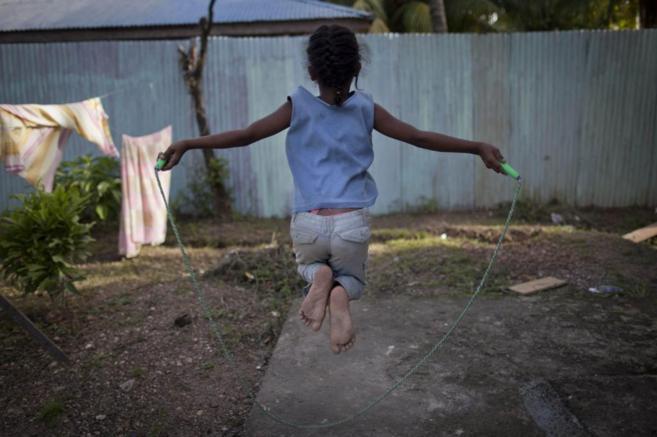 Niña saltando a la comba en un centro de mujeres de Nicaragua que...