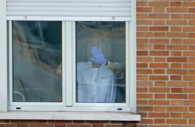Una sanitaria cierra una ventana en el Hospital Carlos III, donde...
