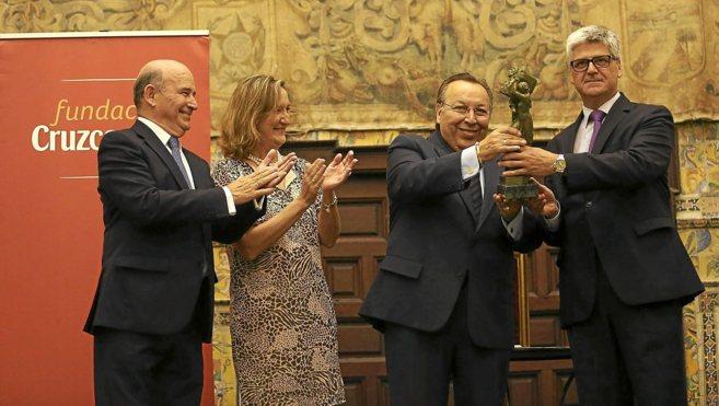 Paco Cepero recoge el galardón en presencia de Julio Cuesta, Mª del...