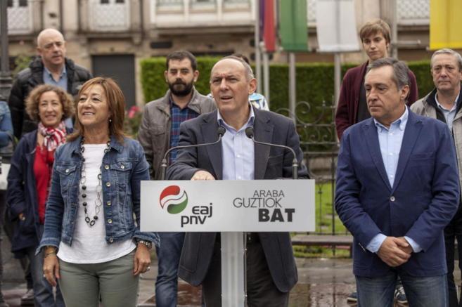 Xabier Agirre, Ramiro González y Pilar García de Salazar durante un...