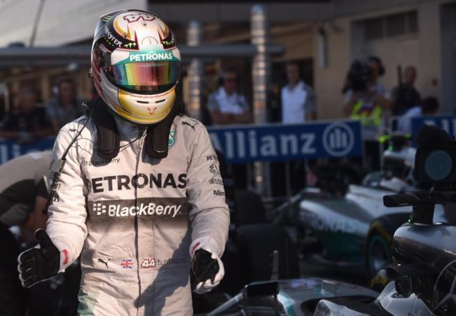 Hamilton celebra la 'pole' conseguida en Sochi.