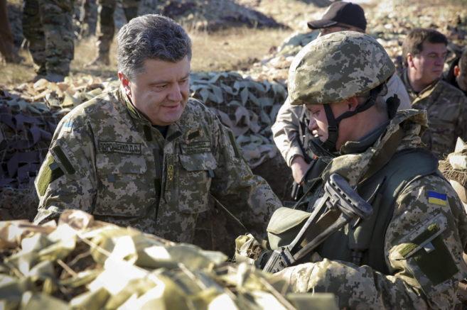 El presidente ucraniano, Petro Poroshenko, durante su visita a las...
