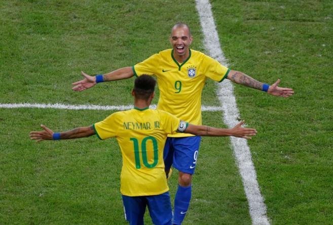 Tardelli celebra con Neymar uno de los goles a Argentina.