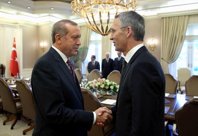 El presidente turco, Recep Tayyip Erdogan, saluda al secretario...