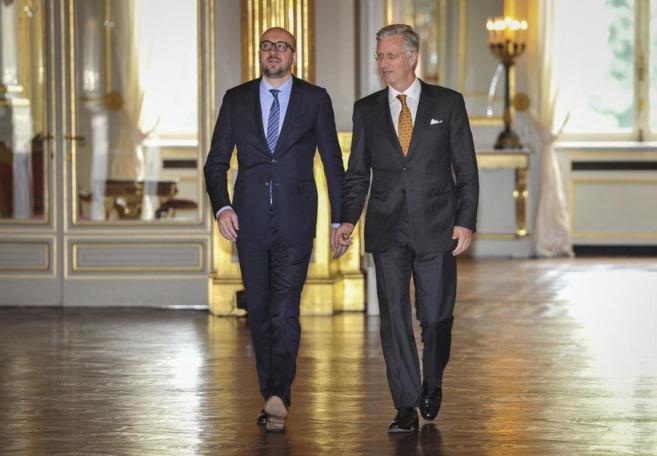 El primer ministro belga Charles Michel, con el rey Felipe de...