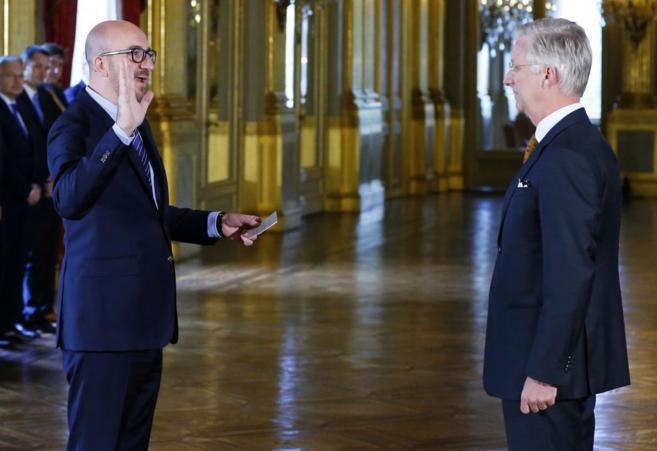 El primer ministro, Charles Michel (izq.) junto al rey de Bélgica....