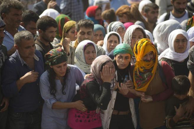 Un grupo de mujeres llora a los muertos en el asedio de la ciudad...