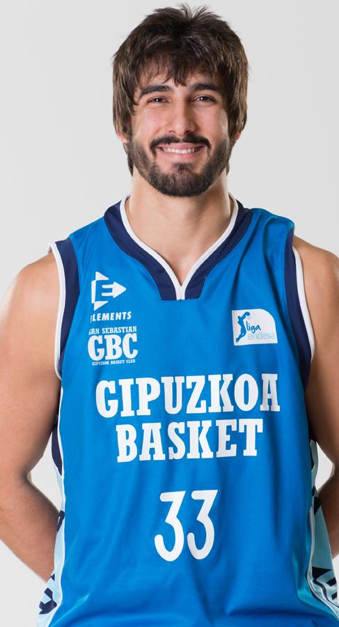 Dani Díez posa con la camiseta del Gipuzkoa Basket.