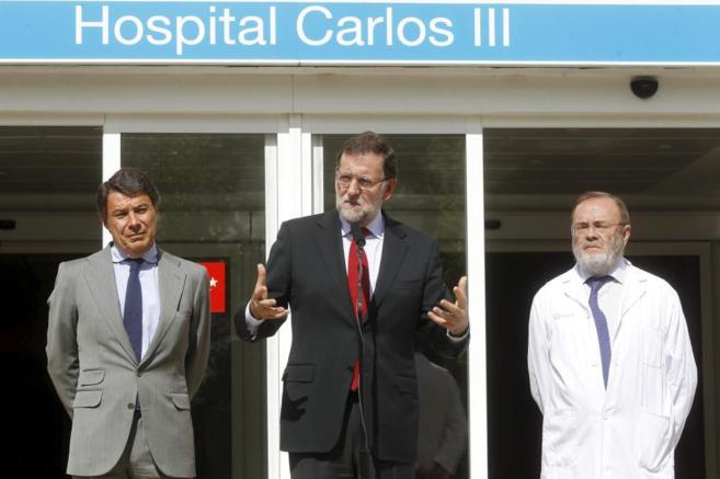 Mariano Rajoy, en el centro, durante su visita de este viernes al...