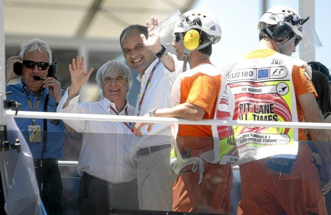 Ecclestone y Francisco Camps saludan a los aficionados en una carrera.