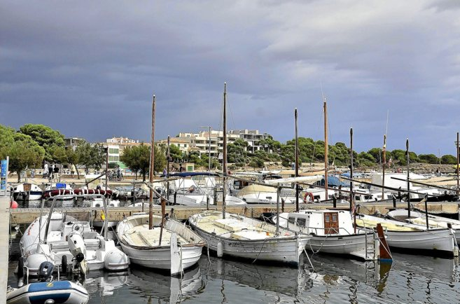Embarcaciones amarradas en el puerto de la Colònia de Sant Jordi.