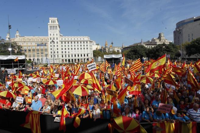 Miles de personas se han concentrado en plaza Catalunya contra la...