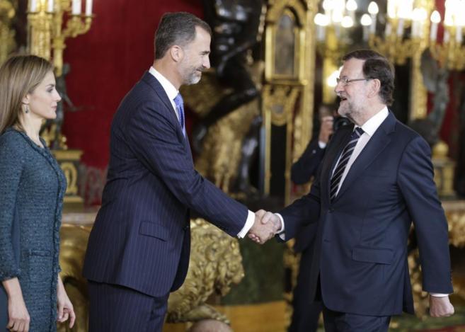Don Felipe recibe el saludo de Mariano Rajoy en la recepción en el...