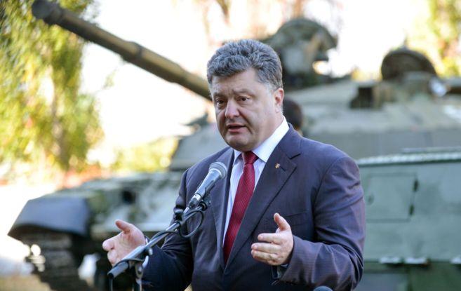 El presidente ucraniano, Petro Poroshenko, habla junto a un tanque en...