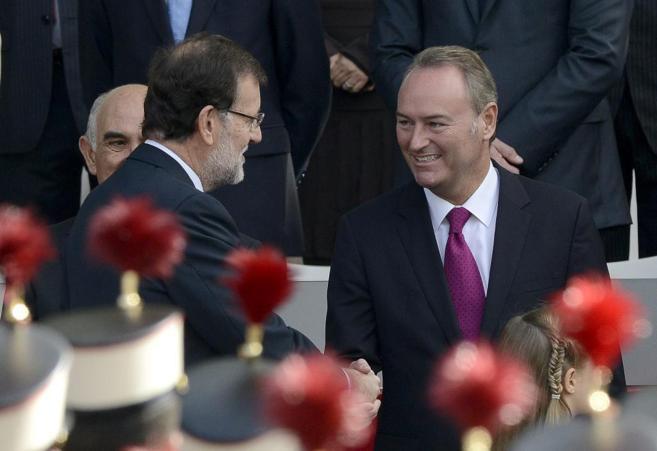 Mariano Rajoy saluda a Alberto Fabra durante el Desfile del Día de...