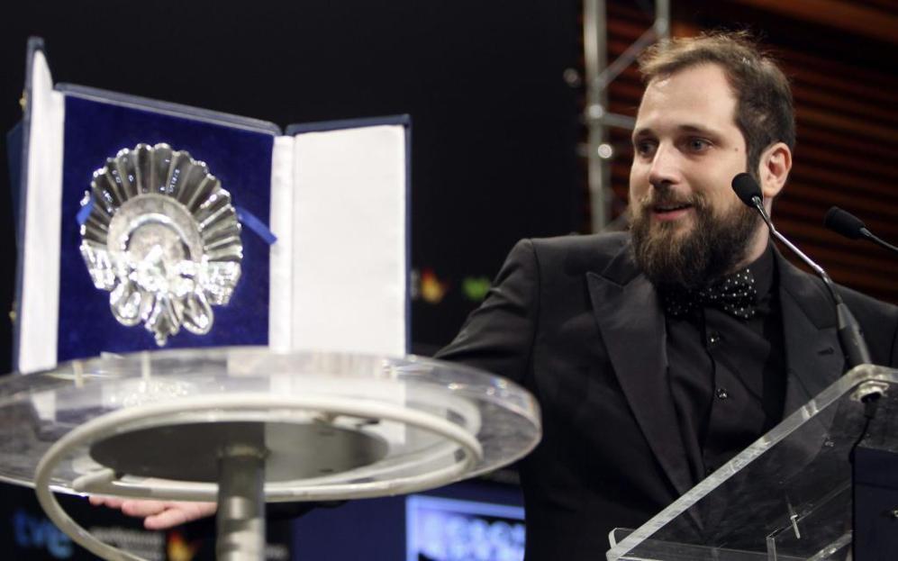 El realizador Carlos Vermut tras recibir la Concha de Plata al mejor...
