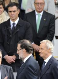 Pedro Sánchez observa a Rajoy y a Morenés.