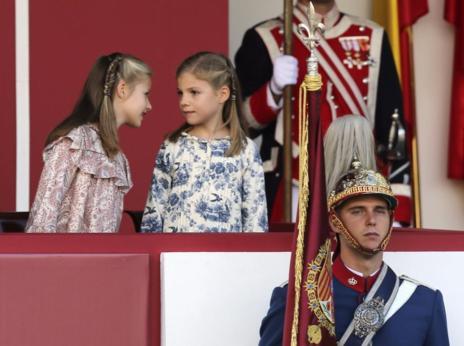 La Princesa Leonor charla con su hermana, la Infanta Sofía.
