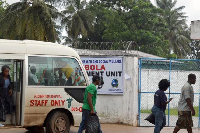 Sanitarios liberianos llegan a una nueva clínica contra el ébola en...