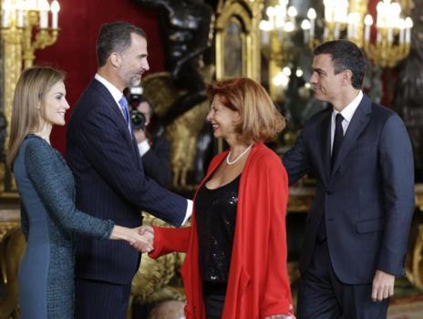 Pedro Sánchez, precedido por Carmen Alborch, saluda al Rey Felipe VI