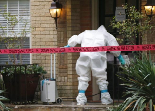 Un trabajador procede a descontaminar la vivienda de la infectada de...