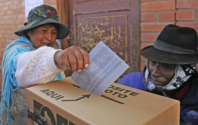 Una boliviana introduce su papeleta en una urna de cartón, el pasado...