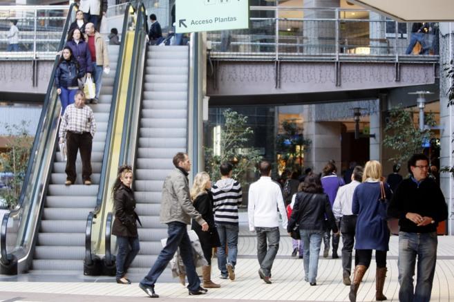 Compradores en un centro comercial de Valencia.