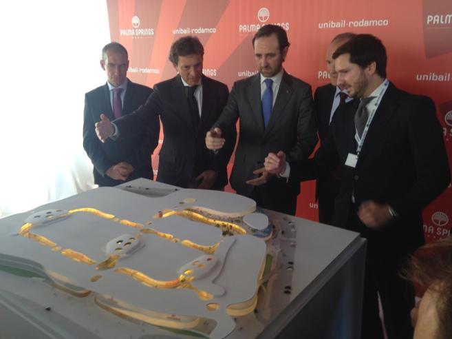 Bauzá e Isern junto a los representantes de Unibail-Rodamco.