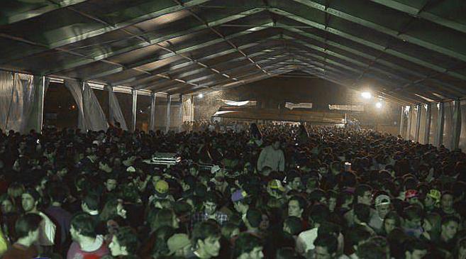Centenares de jóvenes bajo la carpa de la finca de Estremera.