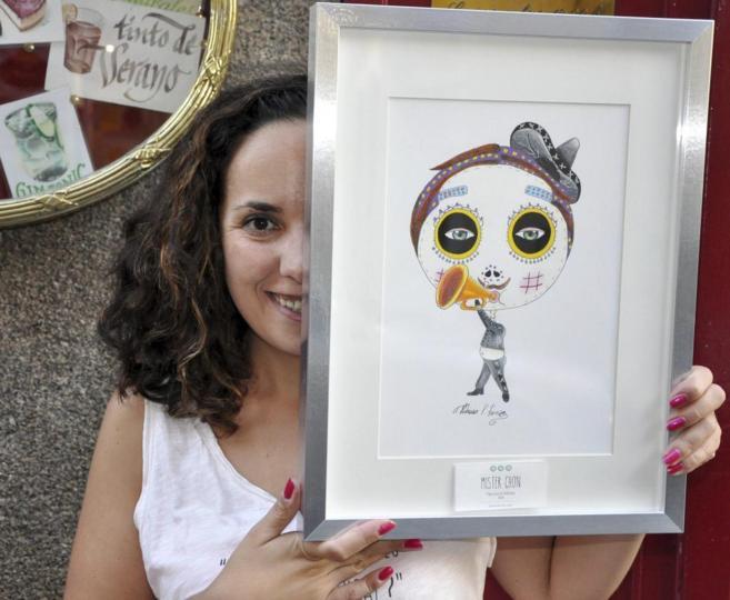 La artista Patricia Fornos posa con uno de sus cuadros.
