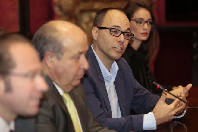 El consejero delegado de XTouch en España, Miguel Vázquez, junto al...