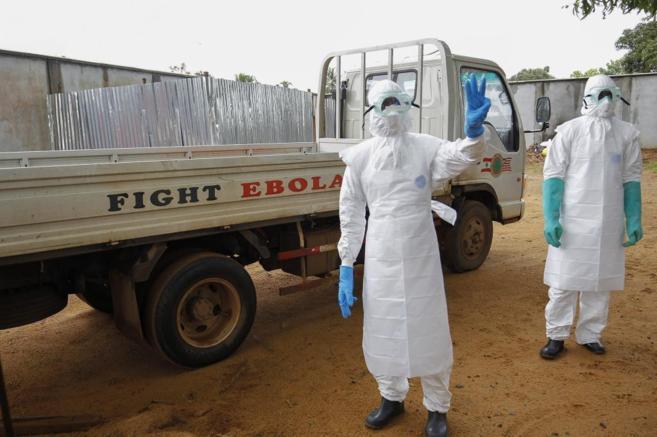Un trabajador sanitario indica  el número de víctimas del ébola que...