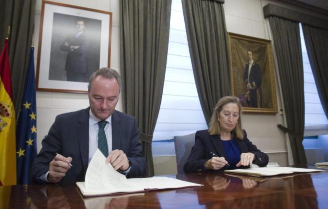 La Ministra de Fomento, Ana Pastor y el Presidente de la Comunidad...
